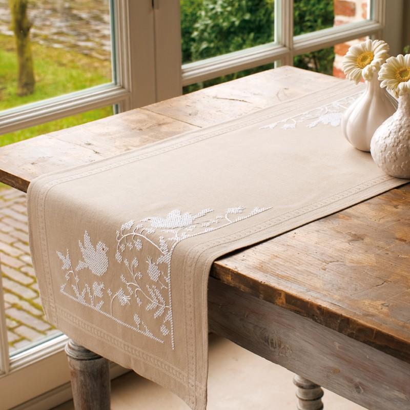 vervaco kit chemin de table imprim e au point de croix les oiseaux blancs vervaco kits. Black Bedroom Furniture Sets. Home Design Ideas